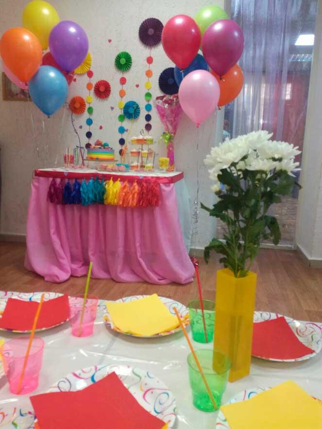 Mesas de dulces para cumplea os de arcoiris - Como decorar una mesa para una fiesta ...